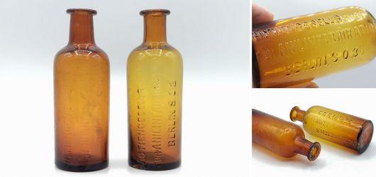 Zwei braune Anilinglasflaschen mit der Aufschrift