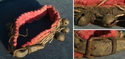 Halsband mit Bronzeschellen verziert