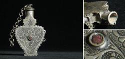 Snuffbottle in Form einer Chatelaine 19. Jahrhundert