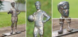 Versilberte Fußballer-Statue